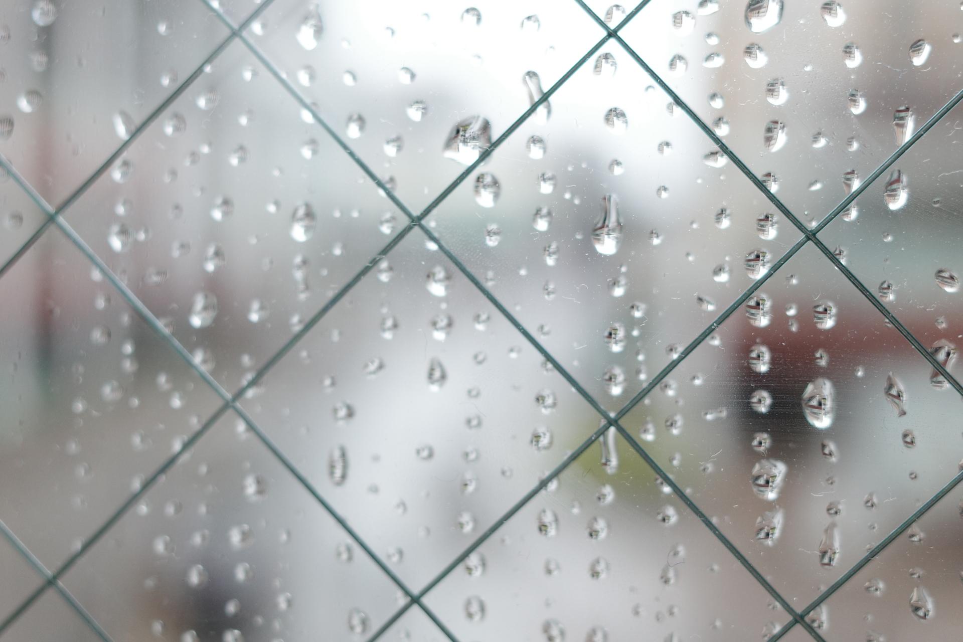 雨の日だけ給湯器の調子が悪い理由